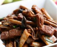 猪颈肉烧茶树菇的做法