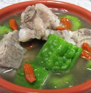 夏季养生汤:苦瓜排骨汤的做法