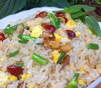 红枣鸡肉蛋炒饭的做法