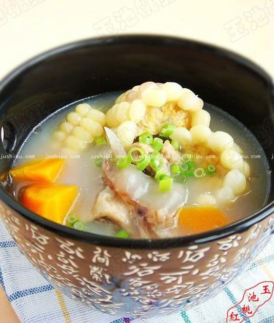 胡萝卜玉米骨头汤的做法 jushipu.com
