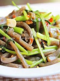 开胃素菜 剁椒香芹炒魔芋的做法