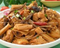 茶树菇腐竹炖鸡肉的做法