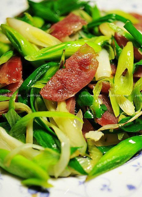 青蒜炒香肠的做法 jushipu.com